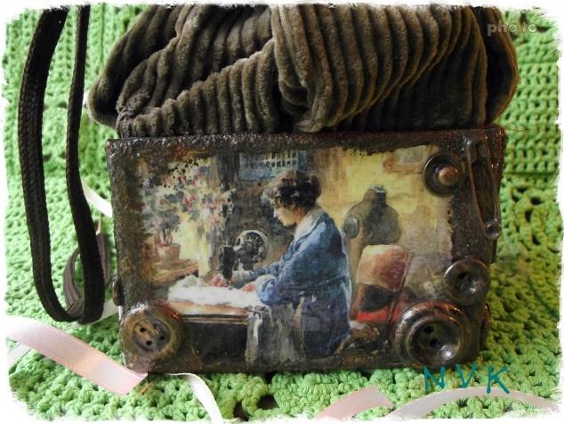 Набор для швейных принадлежностей: коробка-мешок, игольница, футляр для сантиметра.