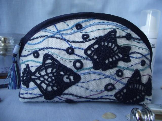 Поближе. Внутри простеганная синяя ткань. Кисточка сделана из ниток вышивки. Получилась летняя косметичка.