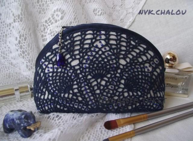 Косметичка № три. она тоже связана по схеме салфетки и тоже украшена бисером.