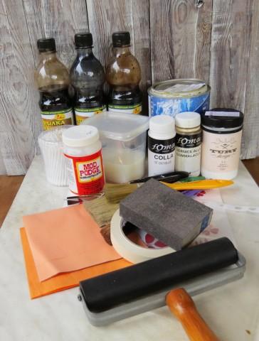 Для работы нам понадобятся:<br /> <br /> - заготовка ключницы из фанеры;<br /> <br /> - лазерная распечатка;<br /> <br /> - строительные водные морилки (дуб,мокко и палисандр);<br /> <br /> - акриловая база С (основа для коллеровки, бесцветная);<br /> <br /> - клей для декупажа Mod Podge;<br /> <br /> - белый грунт Tury;<br /> <br /> - акриловый глянцевый лак Kiva;<br /> <br /> - клей для потали;<br /> <br /> - листовая поталь (серебро и медь);<br /> <br /> - шеллак;<br /> <br /> - акриловые краски (умбра жженая, чёрная и два оттенка бронза);<br /> <br /> - медиум 868 (для перетекающих эффектов);<br /> <br /> - пластиковый трафарет в виде листика;<br /> <br /> - кисти, губки, мастихин, малярный скотч, файл, валик, наждачная губка, ватные палоч