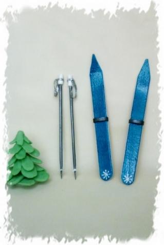 > На шпажки приклеили кружочки из тонкого пластика и тесемку от поломанного елочного шарика.