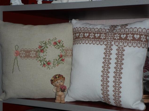 Кружева и венок из роз. Весенние подушки.