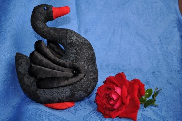 """""""А черный лебедь на пруду качает павшую звезду..."""""""