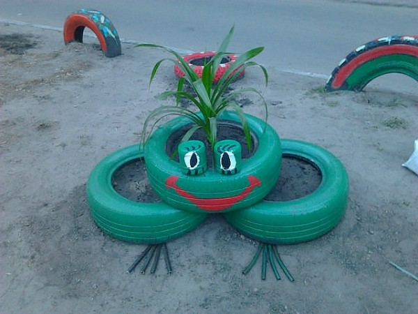 Как красиво украсить двор своими руками из подручных материалов фото