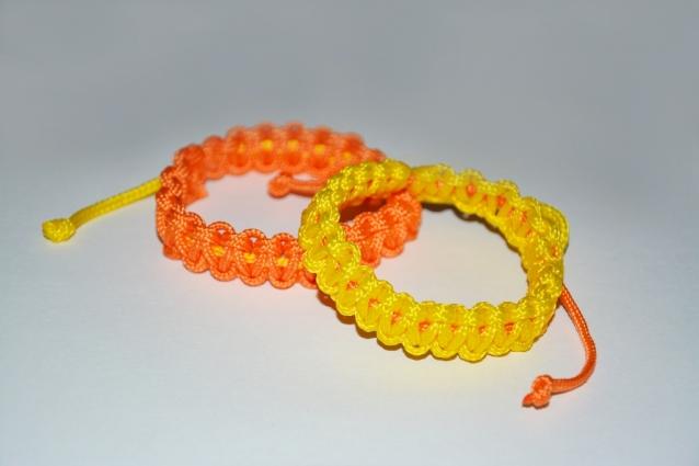 Яркие летние браслеты из шнура. Мастер класс