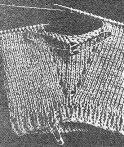 Заканчивают вязание варежки