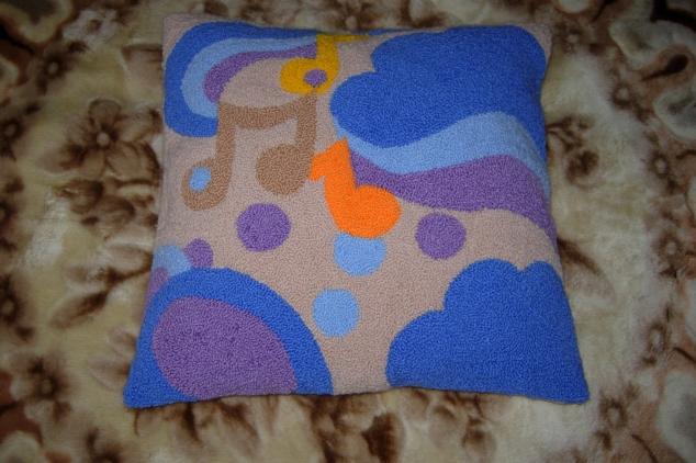 Вышитая петлёй подушка