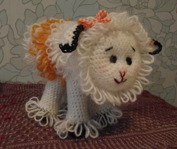 За лесом, у речки Гуляют овечки И шерсть у овечек В забавных колечках