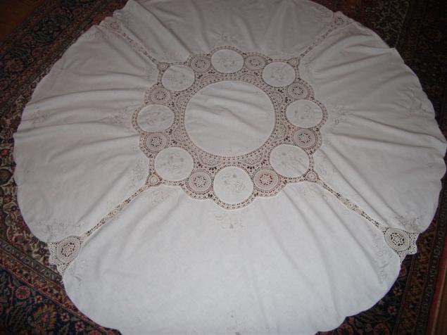 Круглая скатерть с кружевом, выполнена в 50-х годах прошлого века