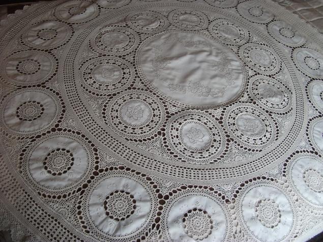 Круглая скатерть из хлопка, выполнена в 60-х годах.