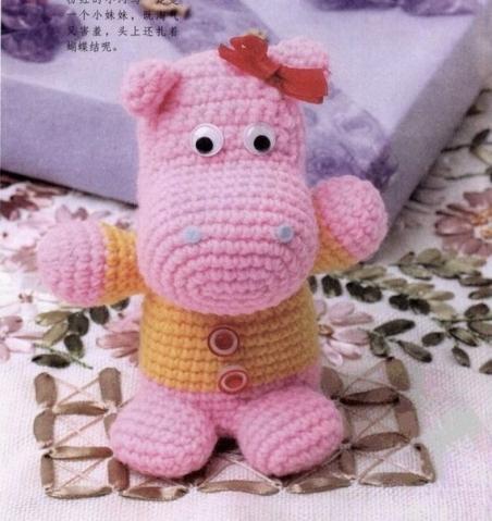 Розовый бегемотик  в кофточке связан крючком   (из инета)
