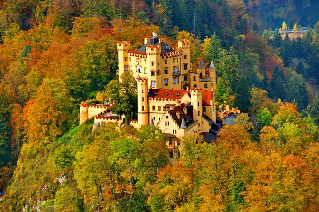 тот же замок, только осенью,