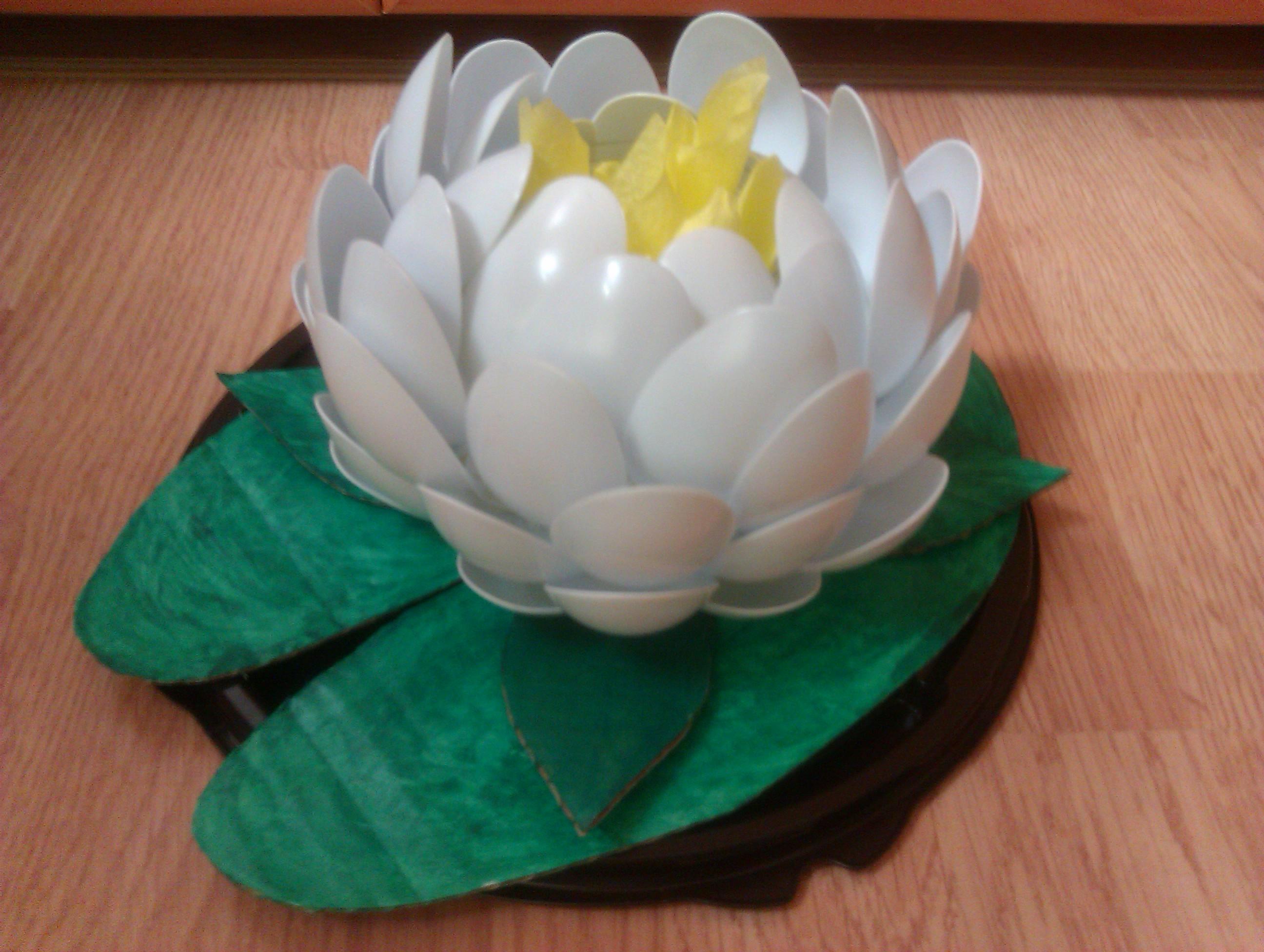 Лилия из пластиковых ложек с пошаговым
