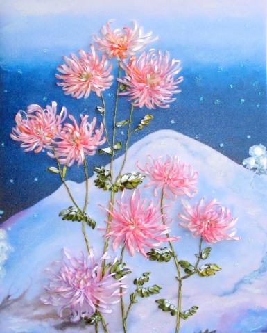 Снежные хризантемы. Моя вышивка лентами по картине художницы Анны Зинковской.