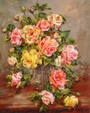 В хрустальной вазе розы на столе...