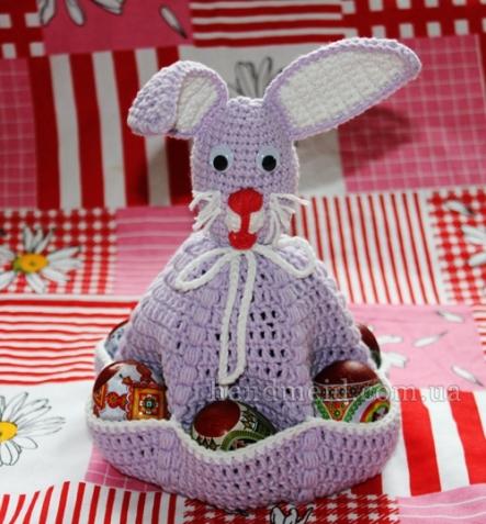 Пасхальный заяц с карманами для яиц