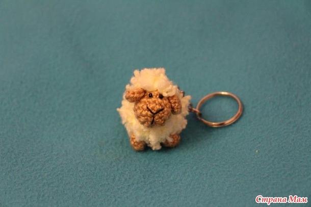 Овечка-малипусик (вязаный брелочек)