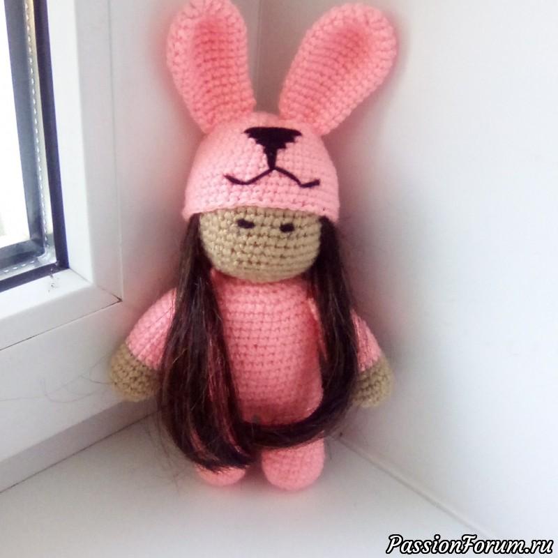 Девочка в костюме зайки, вязаные игрушки, вязание крючком