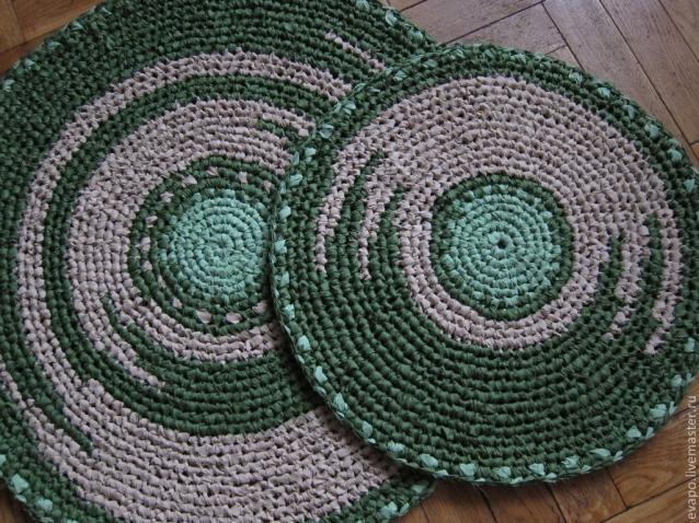 Вязание круглого коврика из старых вещей крючком 12