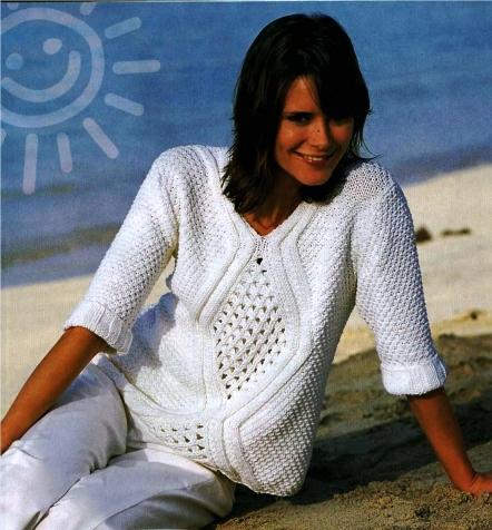 Красивый белый пуловер с ромбовидным узором связан спицами.