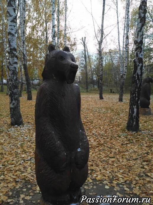 По краям дорожек стоят деревянные статуи медведей, и их много