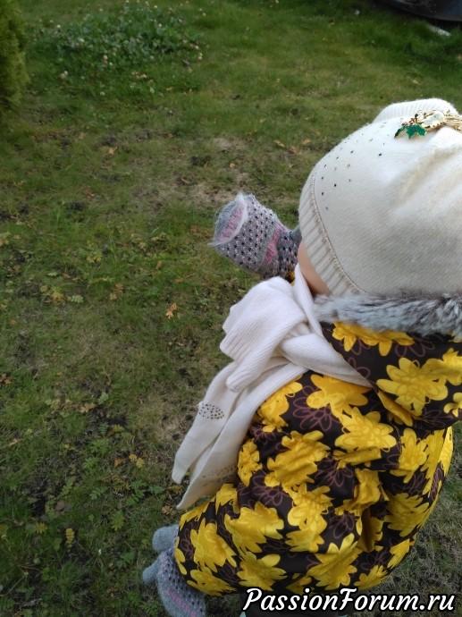 Нашла птичье перышко и играла с ним. Чем бы дитя не тешилось.