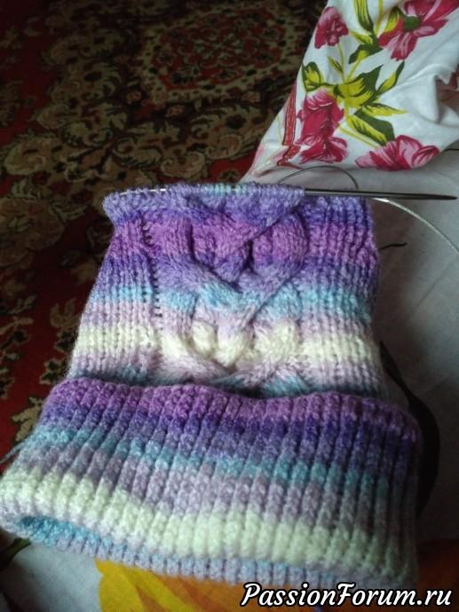 | Вот такую шапочку вяжу для внучки, навеянные осенними цветами. Скоро закрою макушку и пришлю сиреневым меховым шариком