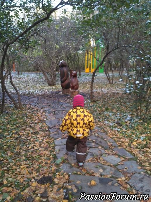 Среди уголка сиреневого парка тоже медведи, к ним ведут каменные дорожки.