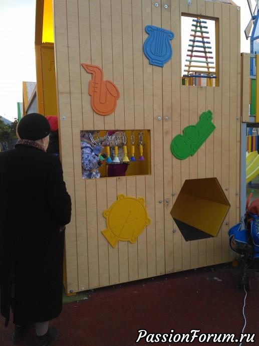 Для детишек напридумывали различные стенды с головоломками и играми и собирание пазлов.