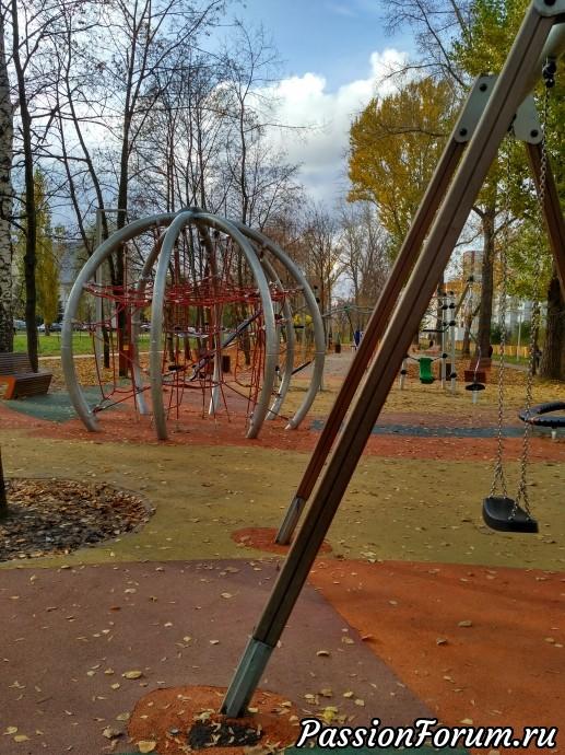Дальше мы идем на детскую площадку и там я выгуливаю внучку.