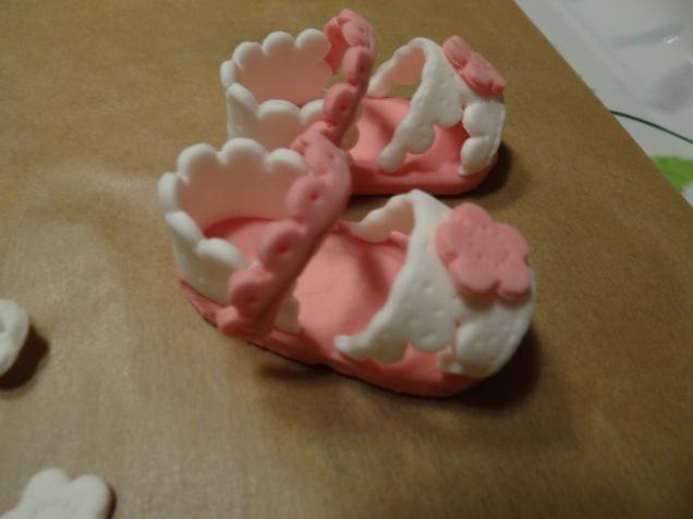 Сандалики из мастики для украшения торта.