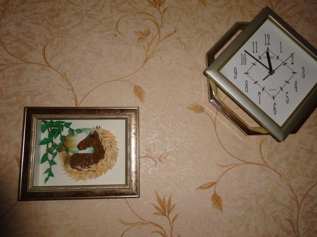 Так картина выглядела на стене. Но теперь она подарена и уехала по новому месту жительства.