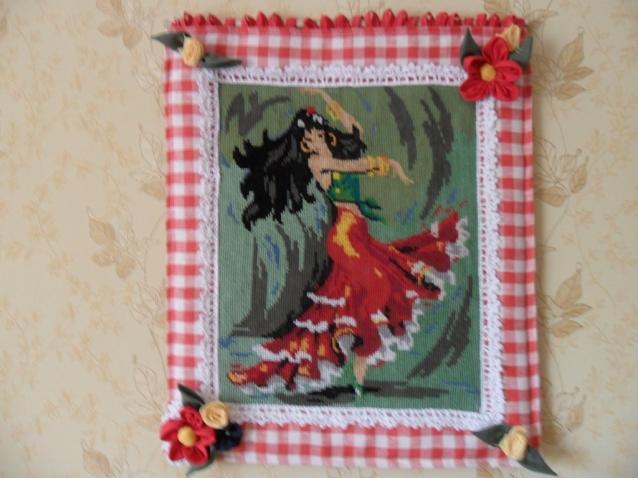 Вышивку оформила льняной тканью и цветами из ткани