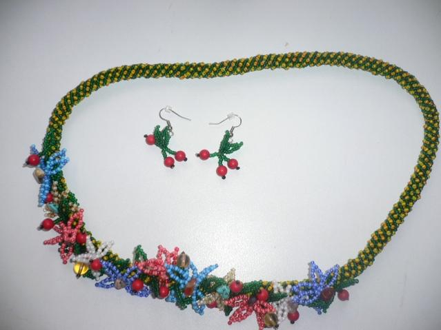 Ожерелье и серьги из бисера, натуральных камней