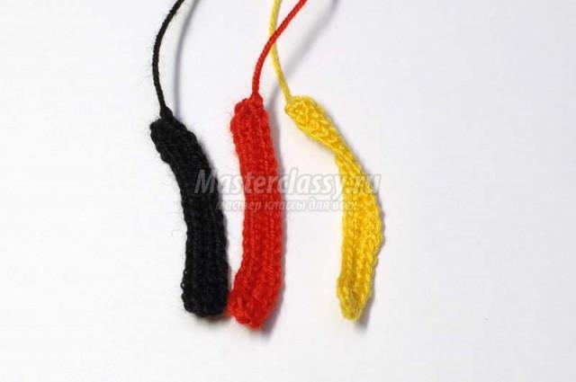 > Делаем перья желтого, красного и черного