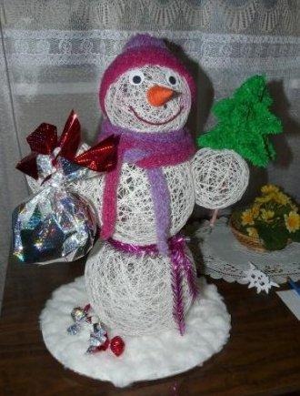 Как сделать маленького снеговика из ниток