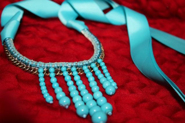 Чокер (колье) бирюзового цвета сделан из репсовой ленты,бисера,бусин,ниток мулине и цепи.