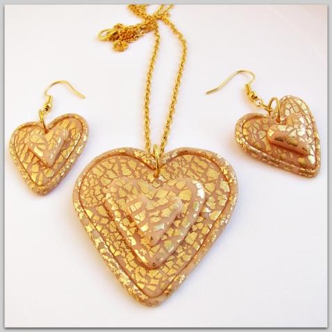 Украшения в виде сердечек из полимерной глины.