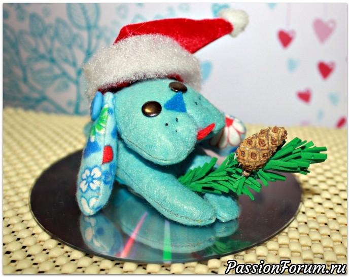 Это мы примерили колпачок Деда Мороза с веточкой ели из фоамирана.