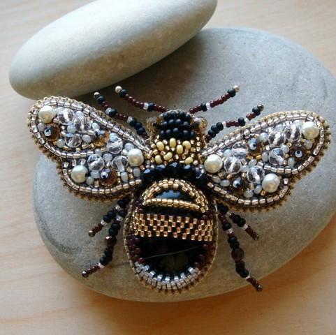 Брошь из бисера и камней насекомые