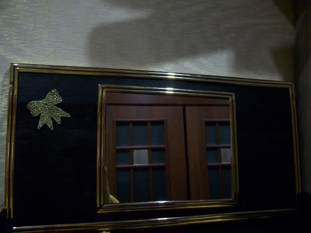Верхнюю крышку( столешницу) сделали открывающейся. Приклеили зеркало из одной цены и скромненький бантик. В зеркале отражаются  раздвижные двери. В середину квадратиков тоже вклеила зеркала.(Ремонт в разгаре, сверху тени от сложенных на шкаф обоев)