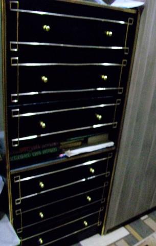 Комодики водрузили один на другой, полки отремонтировали, ручки заменили, покрасили в черный цвет и отправили в коридор. Коридор в стиле японского минимализма: ничего лишнего.