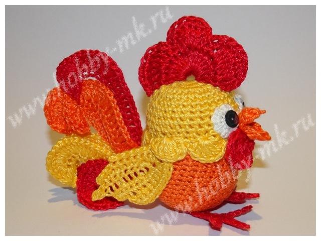 В этом мастер-классе мы предложим вам схему отдельных вязаных элементов для создания Огненного Петушка из киндер-яйца. Расскажем, как объединить элементы в одну веселую игрушку.  Такой вязанный крючком петух может не только служить игрушкой, но и украсить рождественское дерево, детскую коляску или послужить декором к Пасхе.  Для работы понадобятся:   нитки «Ирис» оранжевого, желтого, красного и белого цвета; иголка с нитками в тон пряже; 2 пайетки для глазок; ножницы; крючок 0,6 мм; клей-момент «Кристалл». Как сделать крючком петушка из киндера: