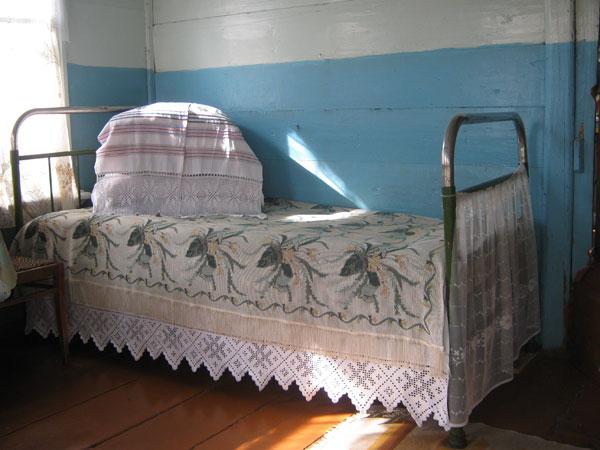 Кровать с подзорами. Фото не мое, но для воспоминания или представления, как использовался этот <u>бабули в кружевах</u> вид белья.