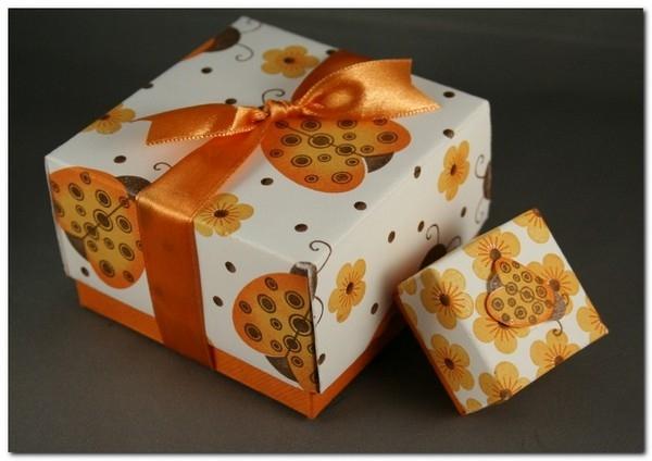 Делаем коробочку для подарка.