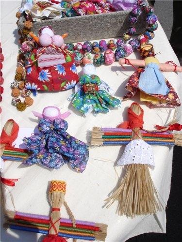 Лицо обтягивали льняной тканью и одевали в традиционный наряд.