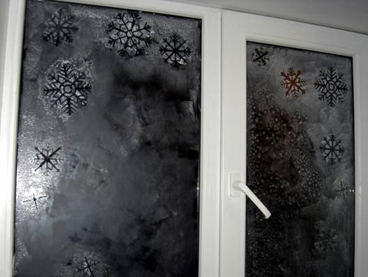 Снежинки на окне с помощью зубной пасты