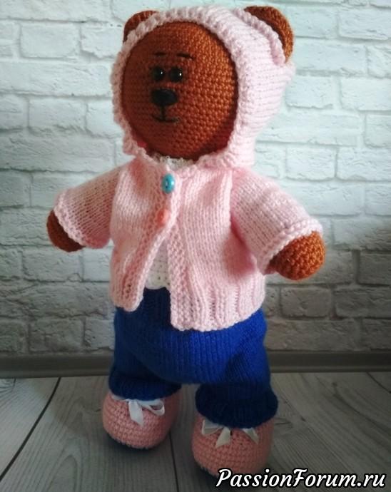Медвежонок связан крючком. Штанишки и розовая кофточка связаны спицами. Белая кофточка и пинетки связаны крючком.