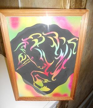 это гравюра на цветном картоне (предварительно вырезаю трафарет, после переношу его на лист покрытый чёрной краской,далее снимаешь верхний чёрный <strong>крестом</strong> слой и получается красивая картинка)