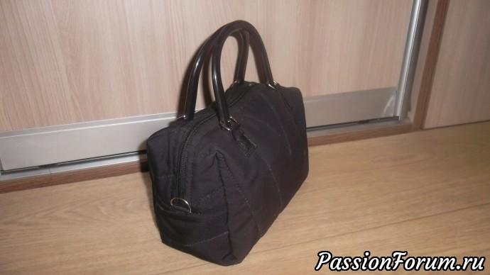 Две черные сумочки получились из мужского сломанного зонта. Пластиковые ручки купила в магазине за 90 рублей и никак не могла их пристроить. К зонтику они очень подошли. Эта сумочка для дочки.